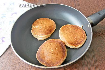 Сковороду с антипригарным покрытием накалите, убавьте нагрев до ниже среднего. При помощи ложки выкладывайте тесто в сковороду и жарьте с каждой стороны по 2-2,5 минуты с каждой стороны.