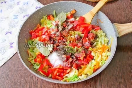 К тушёным овощам добавьте нарезанный перец, соль по вкусу, оставшиеся 1/8 ч. л. чёрного молотого перца и 2 лавровых листа.