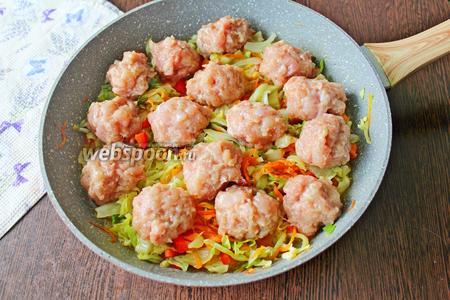 Достаньте фрикадельки из холодильника и распределите поверх овощей. Поставьте сковороду на плиту, доведите до кипения, убавьте нагрев до ниже среднего и готовьте блюдо, накрыв крышкой, 20 минут.