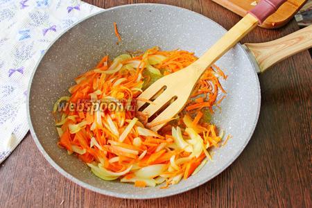 В глубокую сковороду налейте 2 столовые ложки подсолнечного масла, накалите его и добавьте лук и морковь. Готовьте несколько минут до мягкости овощей.
