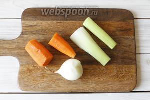 Пока закипает вода, подготовить овощи. 1 головку репчатого лука и 1 морковь почистить; 1 стебель сельдерея промыть и обсушить. Морковь и стебель сельдерея разрезать пополам.