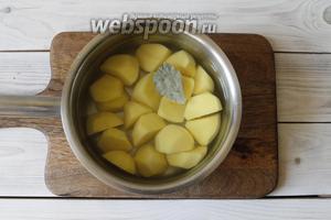 Картофель (400 г) почистить, порезать. Переложить в сотейник. Залить 1 литром воды и отправить на плиту. Как только вода закипит, посолить (1 ч. л. соли без горки) и добавить 1 лавровый лист. Варить картофель до готовности.