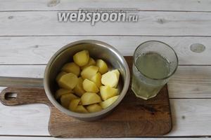 Когда картофель будет готов, достать лавровый лист и слить картофельный отвар. Картофельный отвар сохранить.