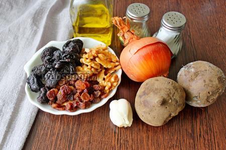 Подготовьте все необходимые ингредиенты: свёклу не очень большого размера, крупные головки репчатого лука, чеснок, чернослив, изюм, орехи грецкие, масло подсолнечное, соль и перец.