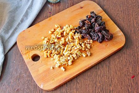 100 грамм грецких орехов порубите ножом. Мягкий чернослив разрежьте пополам.