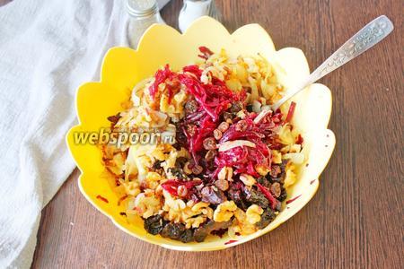 В салатнике соберите все подготовленные ингредиенты и перемешайте.
