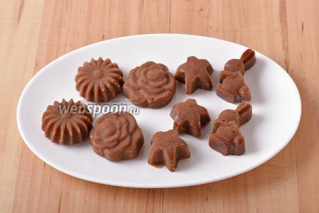 Вынуть конфеты из формочек. Конфеты «Коровка» готовы к подаче.