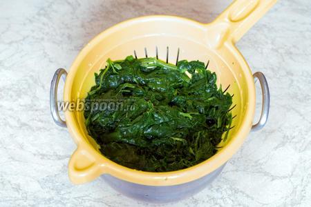 Замороженный шпинат (300 г) отварить при умеренном кипении 2 минуты и сразу же ополоснуть холодной водой, отжать.