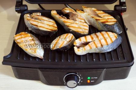 Стейки горбуши (600 г) смазать подсолнечным маслом (2 ст. л.), посолить по вкусу и обжарить на гриле до готовности (примерно 7 минут).