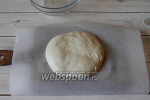 Выложить на поверхность, обмять тесто. От края к центру сложить его.