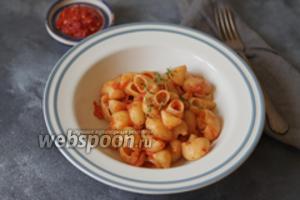 Паста с томатным соусом и пряными травами