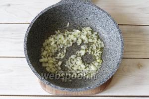 Чеснок и веточки тимьяна убрать. На ароматном масле слегка припустить лук.