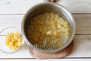 В кастрюле вскипятить 1 литр воды, посолить (1 ст. л.). Забросить макароны (100 г) и варить их согласно инструкции на упаковке.
