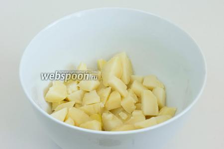 Картофель (700 г) почистите и нарежьте ломтиками среднего размера.