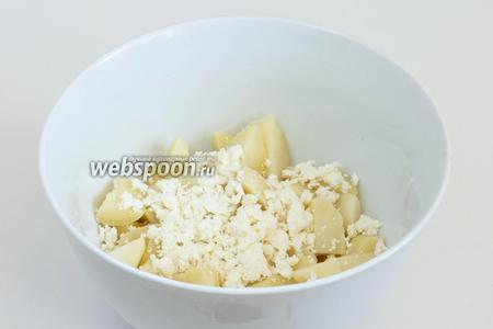 Раскрошите в миску с картофелем адыгейский сыр (всего 90 г). Часть сыра оставьте для подачи.