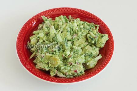 Салат готов! При подаче украсьте салат раскрошенным адыгейским сыром, редисом и укропом (5 г).