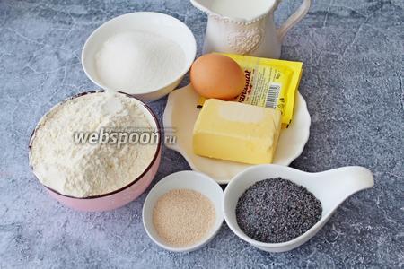 Подготовьте все необходимые ингредиенты для приготовления: муку, сахар, дрожжи сухие, масло сливочное, ванильный сахар, куриное яйцо, тёплое молоко и мак.