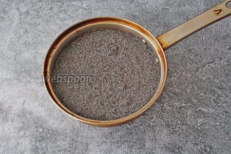 Пока тесто замешивается, займитесь начинкой. 100 грамм сухого мака промойте, залейте холодной водой так, чтобы прикрыло мак на 2-3 см, доведите до кипения и варите на медленном огне около 1 часа.