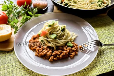 Спагетти с авокадо и мясным фаршем