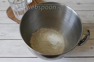 В чашу просеять пшеничную муку (175 г).