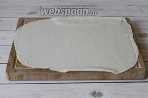 Далее раскатать тесто в тонкий пласт, чем тоньше, тем лучше.