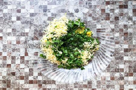 Смешайте в тарелке лимонную цедру, сыр, петрушку, 1 столовую ложку подсолнечного масла, 0,5 чайной ложки соли и щепотку чёрного молотого перца.