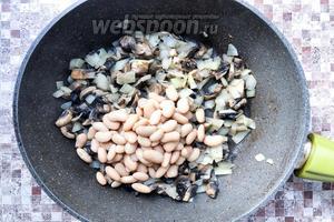 Добавьте 300 грамм консервированной фасоли (без жидкости) и прогрейте пару минут.