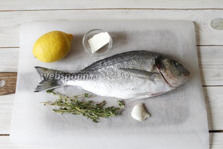 Для приготовления необходимо приготовить дорадо, лимон, чеснок, тимьян и сливочное масло.