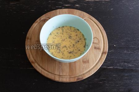 В глубокой миске смешаем 3 яйца, 100 мл сливок, добавим итальянские травы и соль по вкусу.