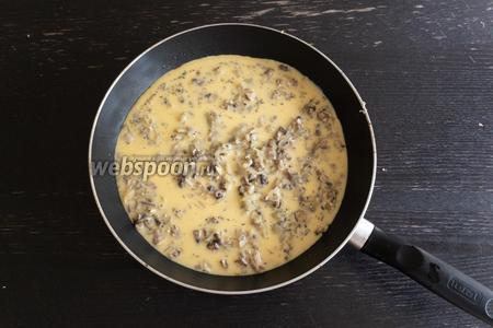 Выльем яичную смесь в сковороду. Тушим 10 минут на медленном огне, накрыв крышкой.