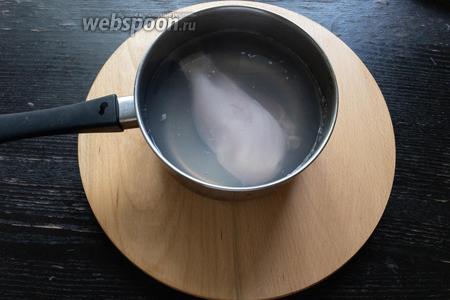 В кипящую воду отправить 300 грамм куриной грудки, варить до готовности примерно 20 минут.