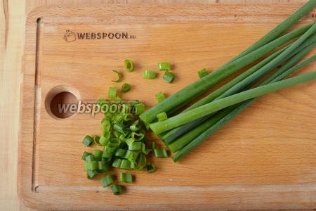 35 грамм зелёного лука промыть и мелко нарезать.