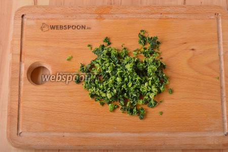 Вынуть крапиву, тщательно отжать от воды и мелко нарезать.