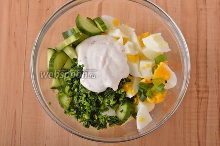 В миске соединить крапиву, огурцы, зелёный лук, яйца, сметанную заправку. Перемешать. Ещё раз проверить на соль.