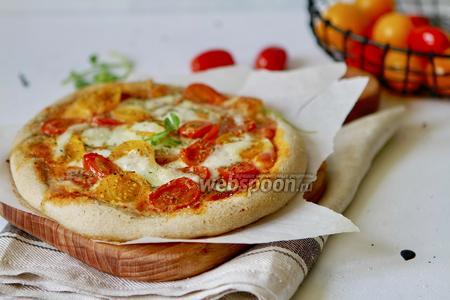 Домашняя пицца с томатами и Моцареллой
