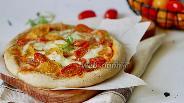 Фото рецепта Домашняя пицца с томатами и Моцареллой