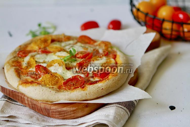 Фото Домашняя пицца с томатами и Моцареллой