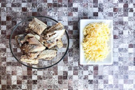Из рыбных консервов (200 г) выньте кости, 40 грамм сыра натрите на мелкой тёрке.