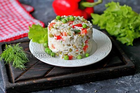Салат с красным перцем, зелёным горошком и рисом