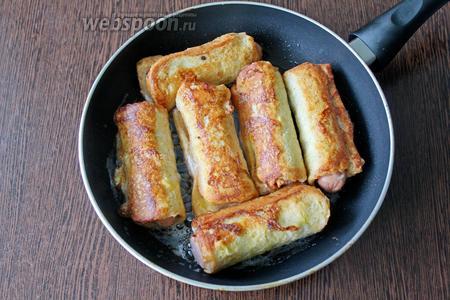 На раскалённую сковороду налейте 2 столовые ложки подсолнечного масла, выложите заготовки швом вниз, предварительно обмакнув их в льезоне, и обжаривайте на среднем нагреве со всех сторон по пару минут.