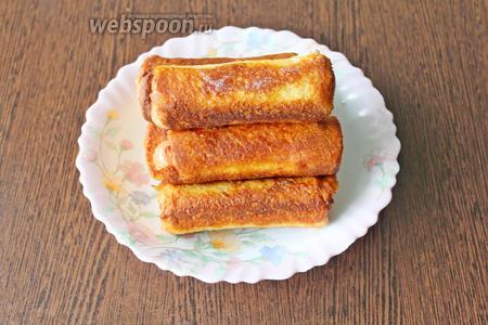 Готовые сосиски в хлебе выложите на бумажное полотенце и сразу подавайте.