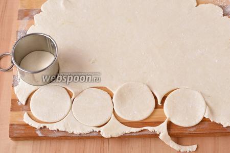 На слегка подпылённой мукой доске (использовать для подпыла 1 ст. л. муки) раскатать тесто толщиной 2-3 мм. Вырезать кружки диаметром 4 сантиметра.