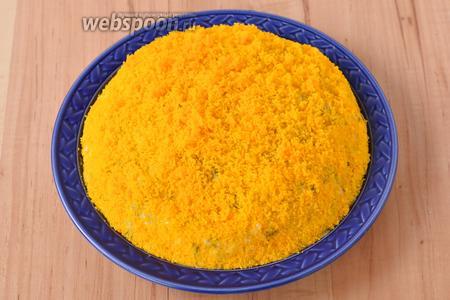 3 яйца отварить вкрутую, остудить, очистить и разделить на белки и желтки. Желтки протереть через мелкое металлическое сито и равномерно выложить сверху.