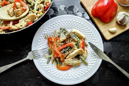 Тёплый салат из куриного филе и стручковой фасоли