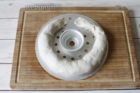 Листы от мантышницы смазать растительным маслом (2 ст. л.). Тесто с начинкой свернуть в рулет и уложить на лист.
