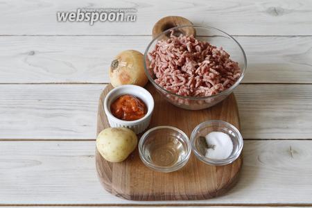 Пока отдыхает тесто, займёмся приготовлением начинки. Для этого вам понадобится фарш, картофель, репчатый лук, соль, чёрный перец, перетёртые томаты (заменить их можно на томатную пасту), растительное масло.