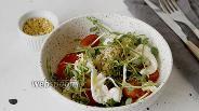 Фото рецепта Салат из микрозелени с помидорами и сыром Моцарелла