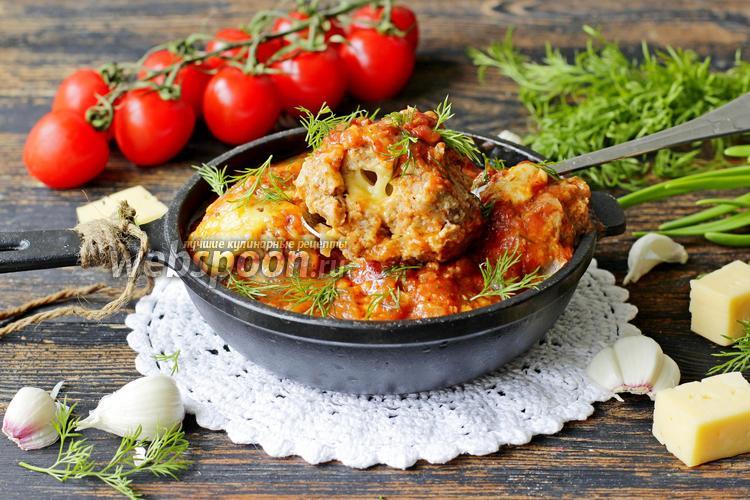 Фото Фрикадельки из свино-говяжьего фарша с сыром в томатно-чесночном соусе