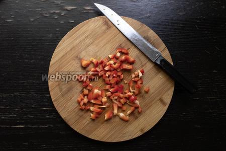 Нарезать 30 грамм болгарского красного перца кубиками.