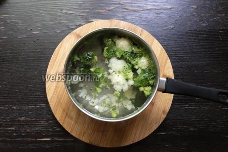 В кипящую воду положить по 50 грамм брокколи и цветную капусту. Отварить в течение 1 минуты.